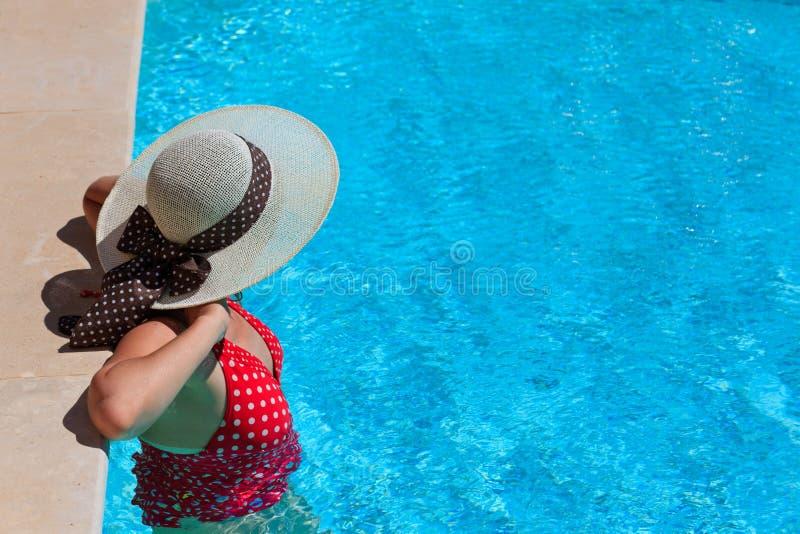 放松在水池的妇女 免版税库存照片