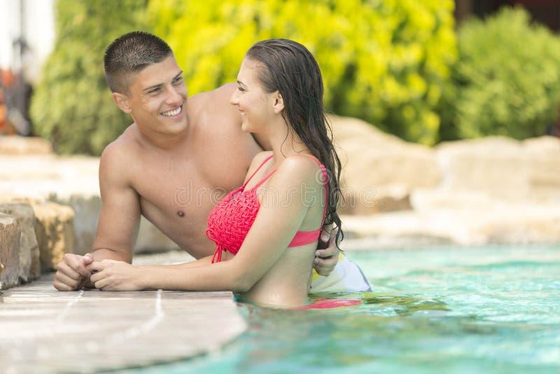 放松在水池的年轻夫妇 库存照片