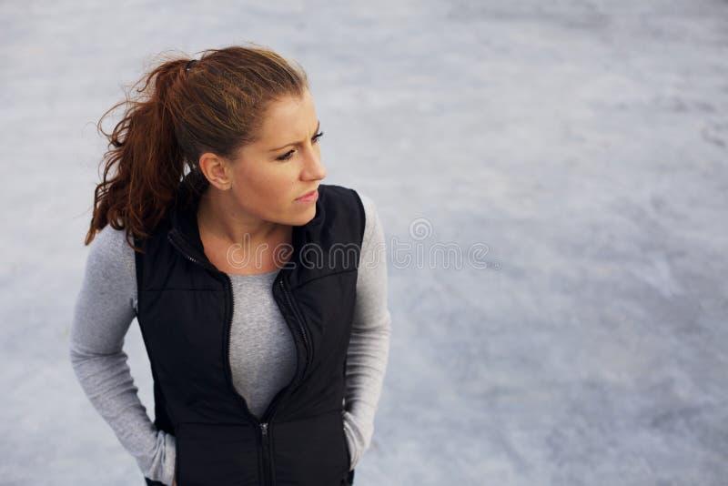 放松在锻炼以后的女运动员-户外在海滩 库存照片
