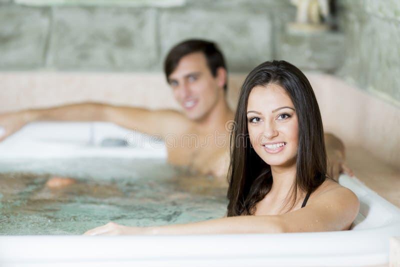 放松在浴盆的夫妇 图库摄影