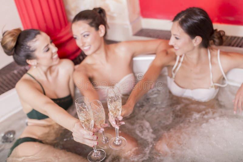 放松在浴盆的少妇 图库摄影
