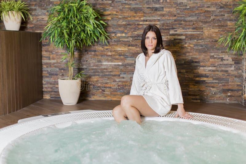 放松在浴盆的少妇 免版税库存照片