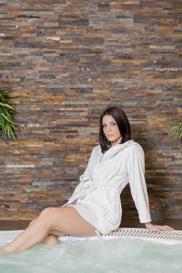 放松在浴盆的少妇 免版税库存图片