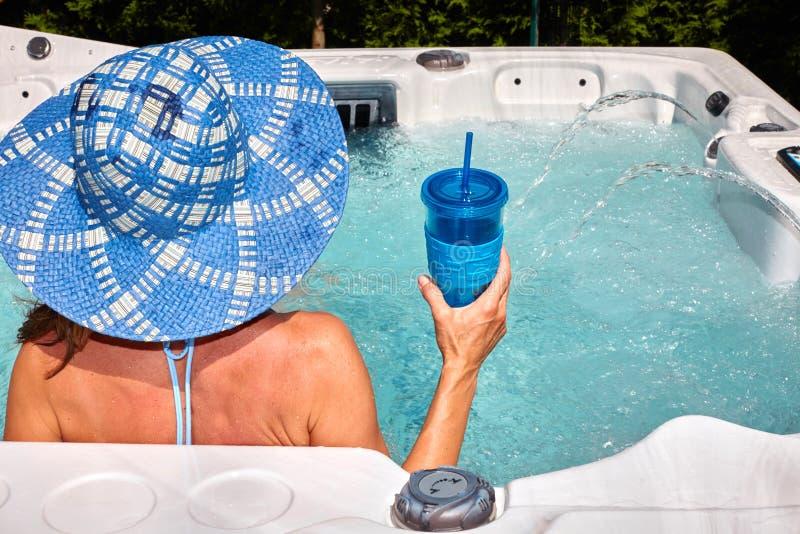 放松在浴盆的美丽的妇女 库存照片