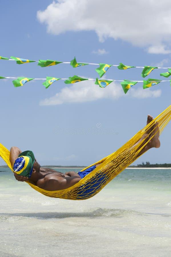 放松在巴西海滩的吊床的人 免版税库存照片