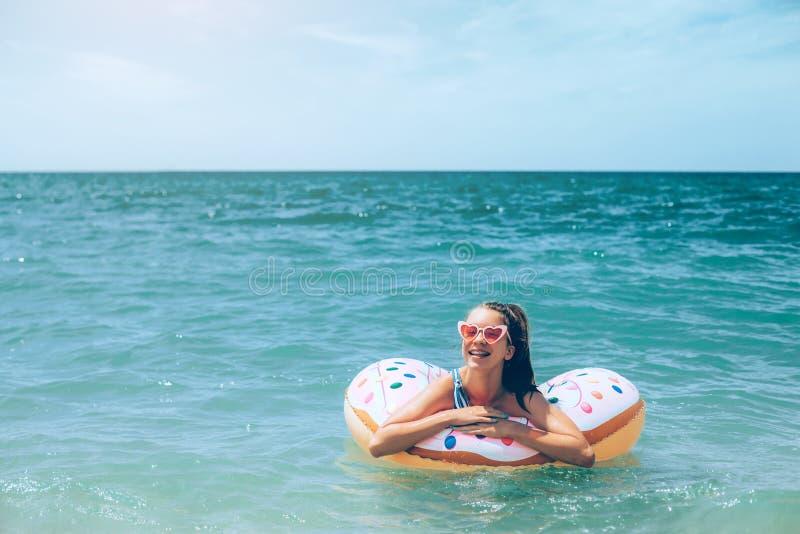 放松在inflantable圆环的十几岁的女孩 免版税库存照片