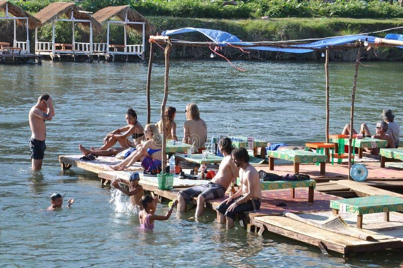 放松在Nam歌曲河, Vang Vieng,老挝 库存图片