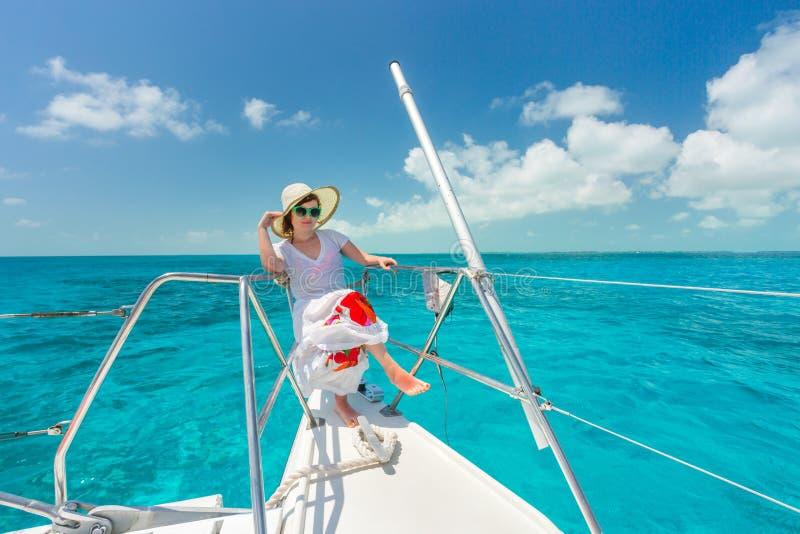 放松在saiboat的妇女在海的中部 免版税库存照片