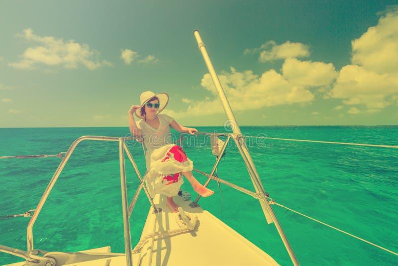 放松在saiboat的妇女在海的中部 图库摄影