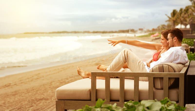放松在sunbed的年轻夫妇 免版税库存图片