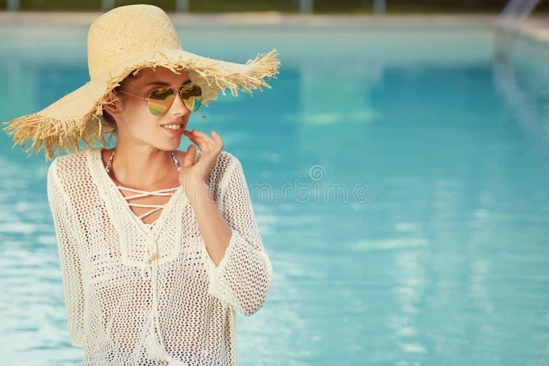 放松在swimm的美丽的妇女画象 免版税库存照片