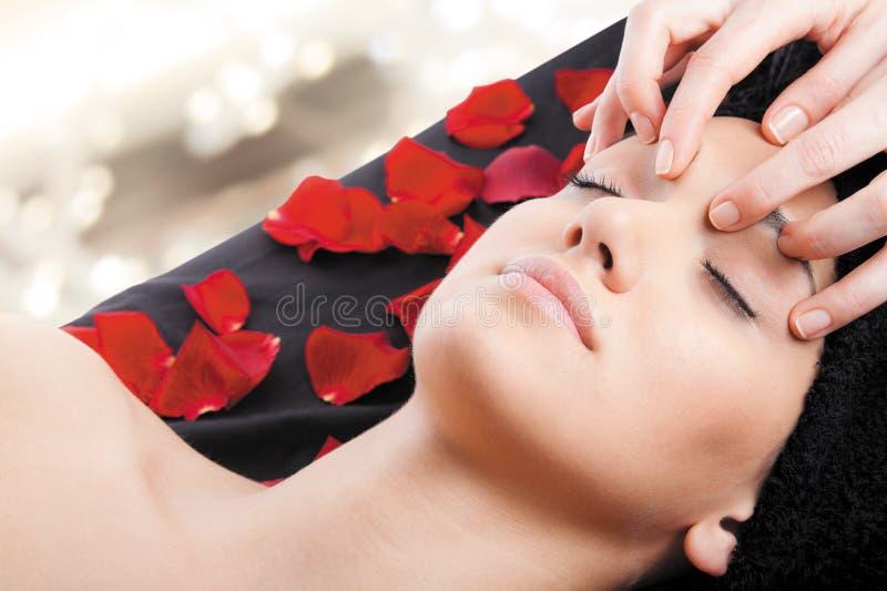放松按摩脸面护理妇女 免版税库存图片