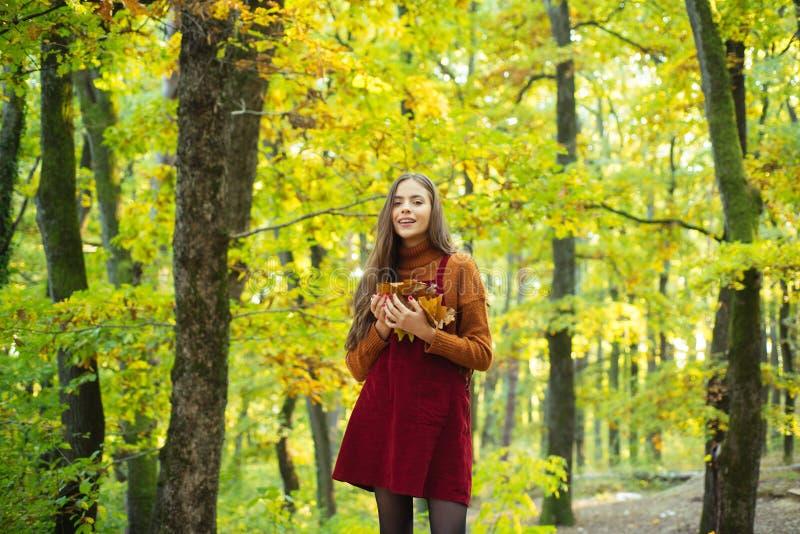 放松本质上 妇女享受单独自然 自然是力量的来源她的 r 秋季忧郁 免版税库存照片