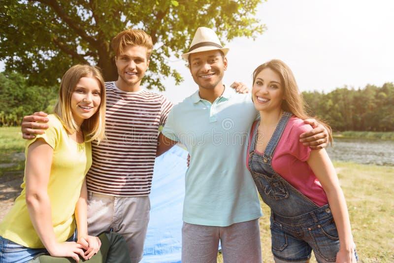 放松本质上的快乐的青年人 库存图片