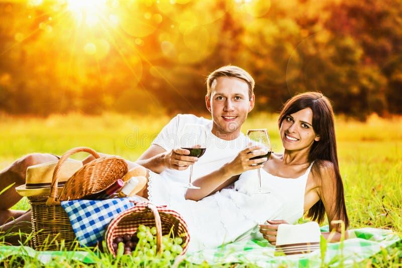放松本质上的爱恋的夫妇 免版税库存照片