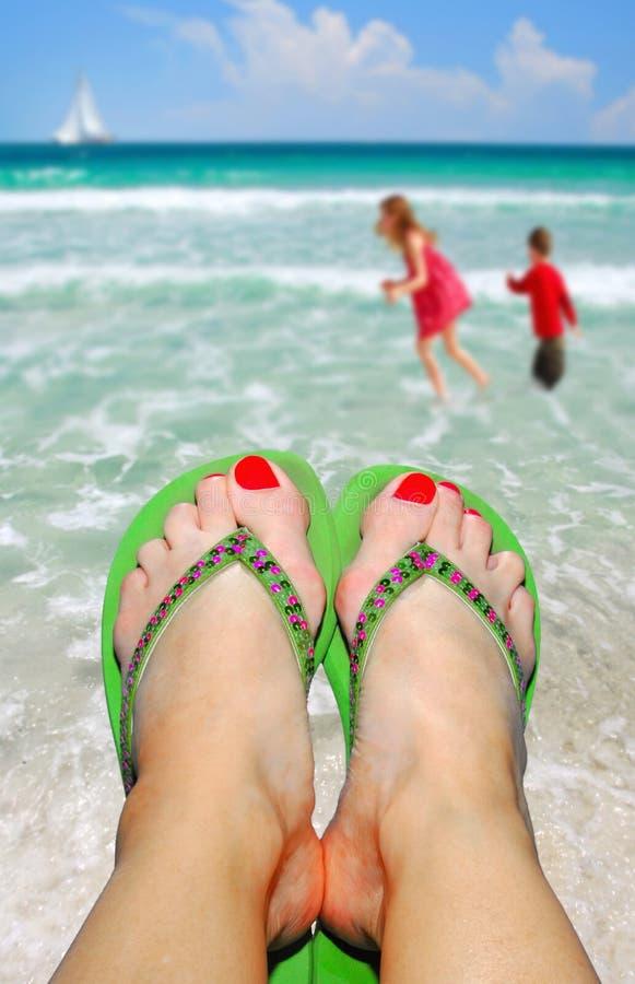 放松海滩的妈妈 免版税库存照片