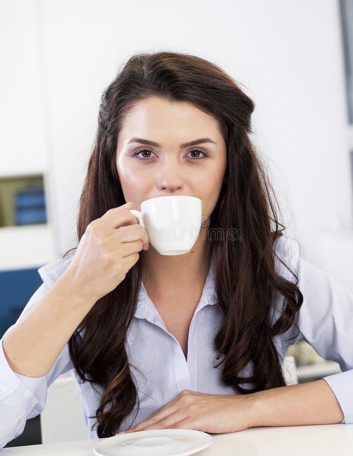 放松用咖啡的女实业家 库存图片