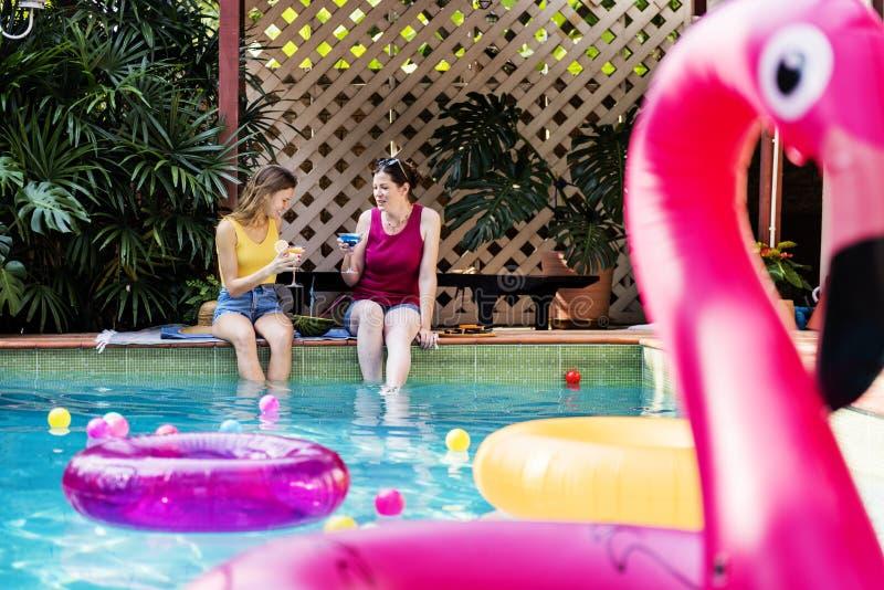 放松由游泳池的女孩 免版税库存照片