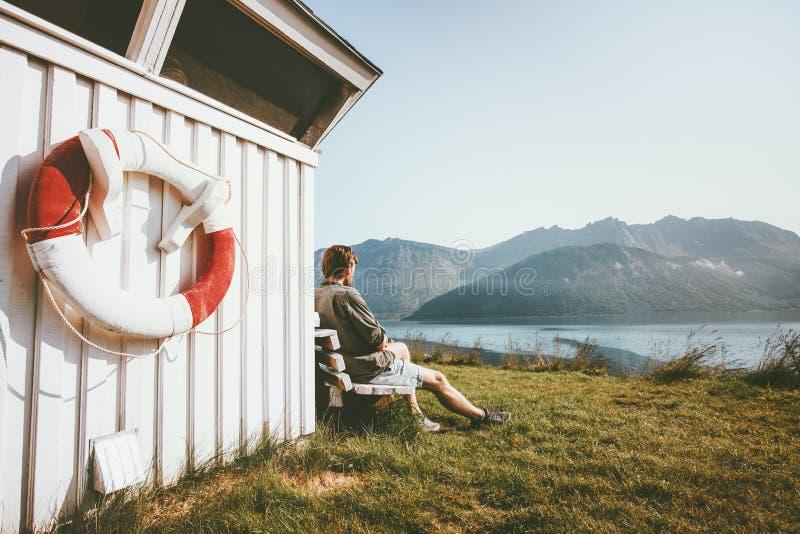 放松的人享用海和室外的山景 库存图片