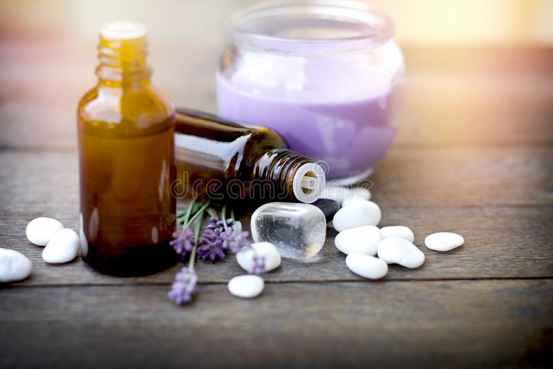 放松的健康生活方式,使用在治疗、按摩和疗法的根本熏衣草油 库存图片