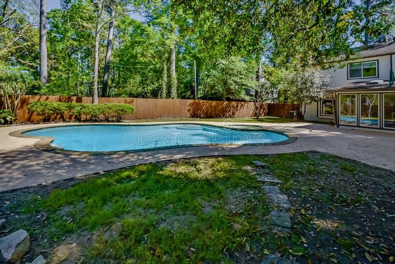 放松的后院水池和娱乐 库存图片