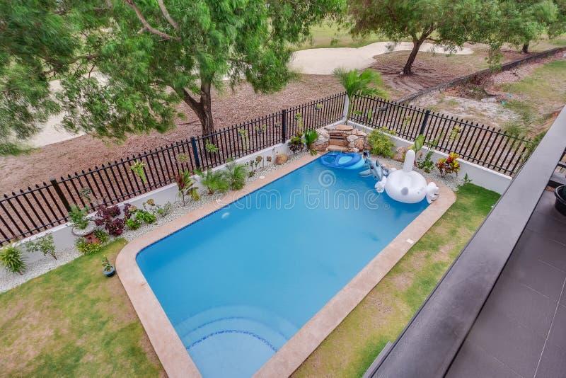 放松的后院水池和娱乐 免版税库存图片