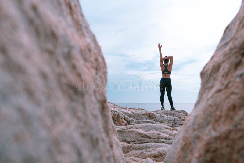 放松的和目标挑战运动员亚洲人跑步的妇女健身锻炼室外在海滩 库存照片