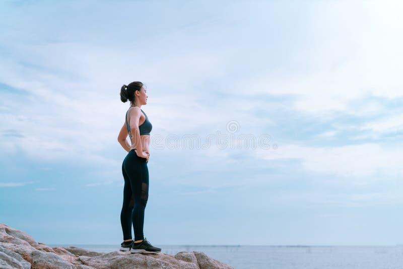 放松的和目标挑战运动员亚洲人跑步的妇女健身锻炼 图库摄影
