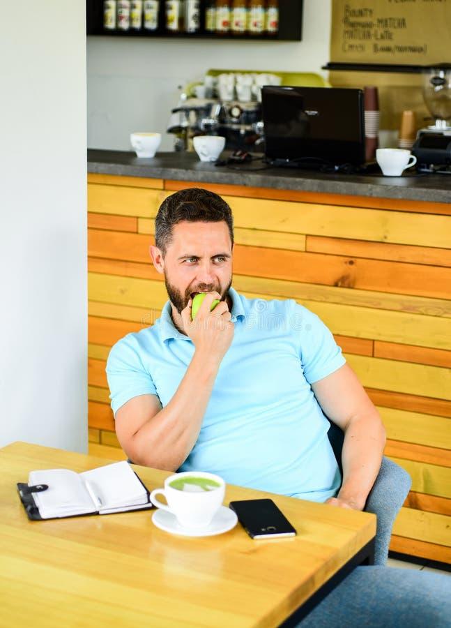 放松的咖啡休息 在平时期间,健康人关心维生素营养 物理和精神福利概念 人 免版税库存照片