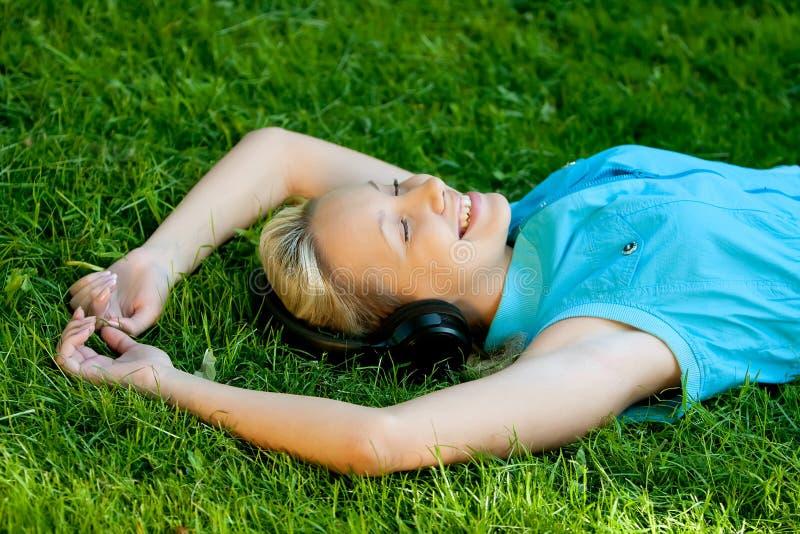 放松的女孩 免版税库存图片