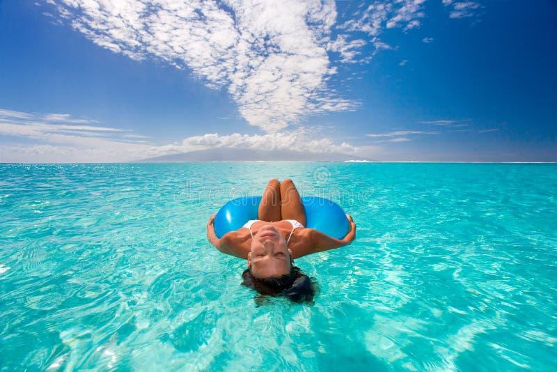放松的晒日光浴的妇女 库存图片