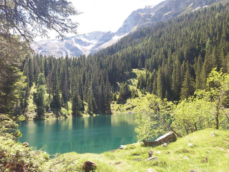 放松的湖山全景 图库摄影