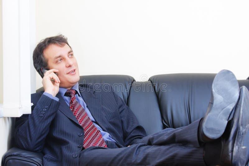 放松的生意人电话 库存照片