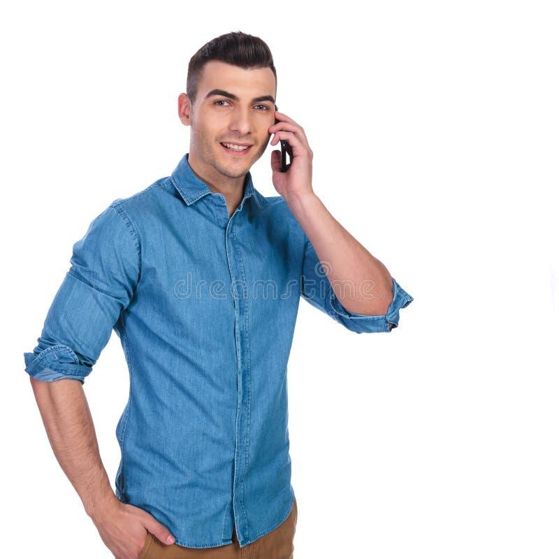放松的聪明的偶然人在电话里说 免版税库存照片