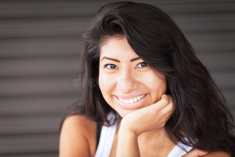 放松美丽的西班牙的妇女微笑和 查出 库存图片