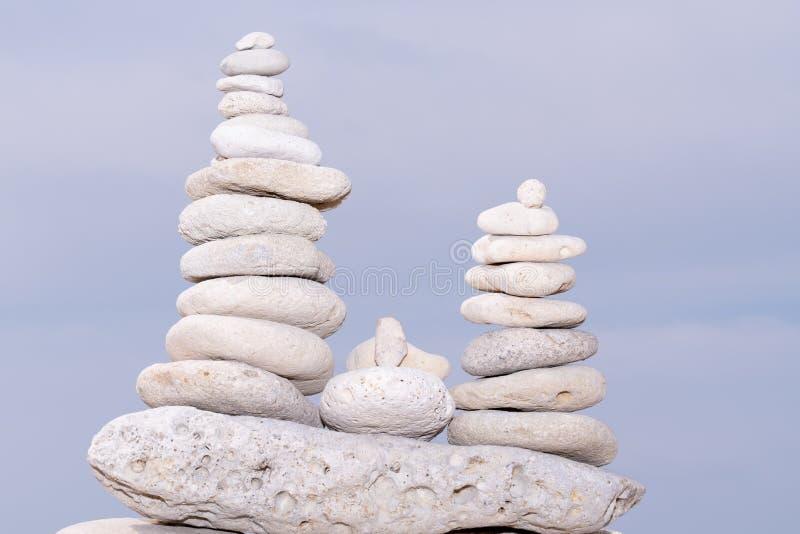 放松自然概念堆白色小卵石石反对温泉平衡凝思和禅宗题材的海背景 免版税库存图片