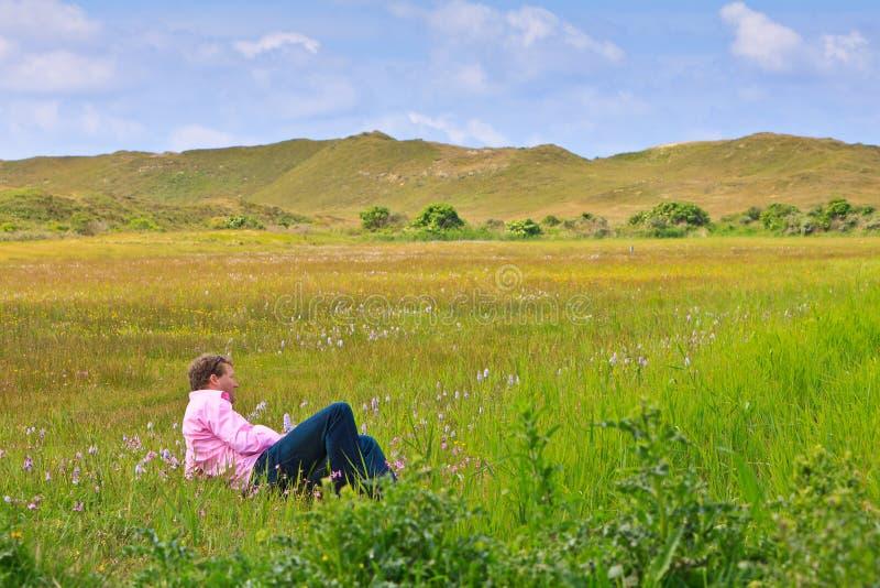 放松草原的人 免版税库存照片