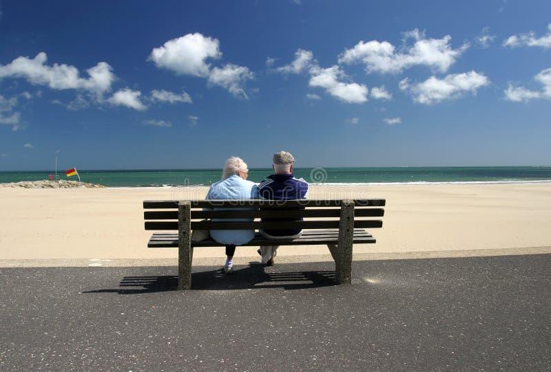 放松退休的前辈的夫妇 图库摄影