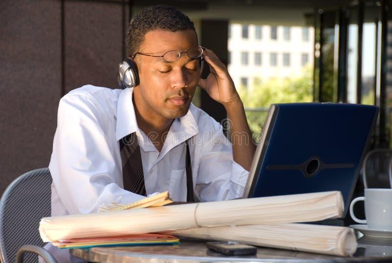 放松非洲裔美国人的生意人 免版税库存照片
