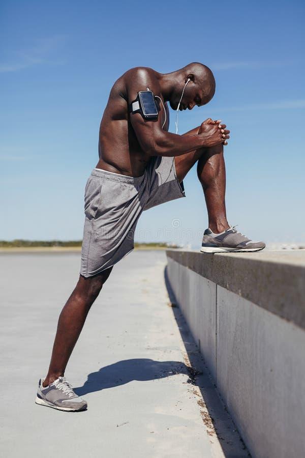 放松他的肌肉的年轻人 图库摄影