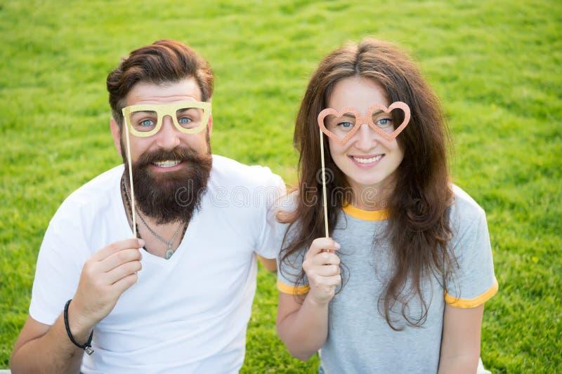 ?? 放热幸福的情感夫妇 E 在爱快乐的青年摊支柱的夫妇 ? 库存图片