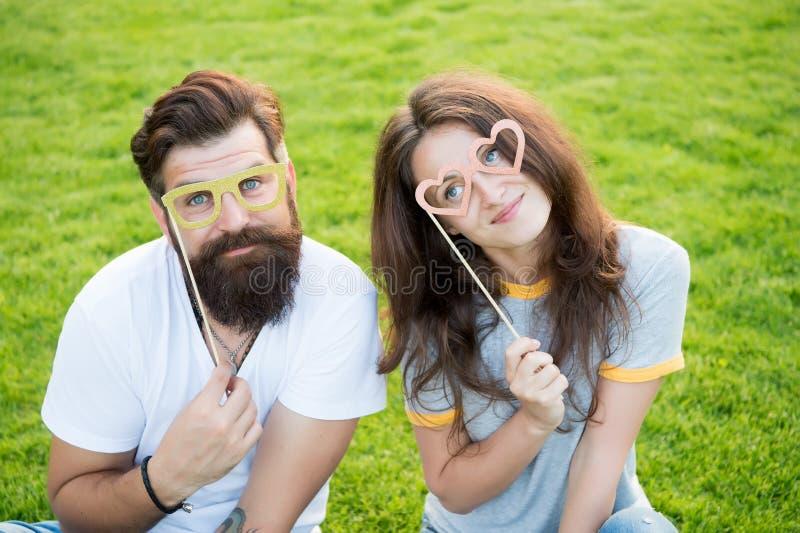 放热幸福的情感夫妇 E 在爱快乐的青年摊支柱的夫妇 r ?? 免版税图库摄影