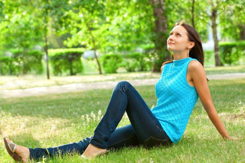 放牧愉快的坐的妇女 图库摄影