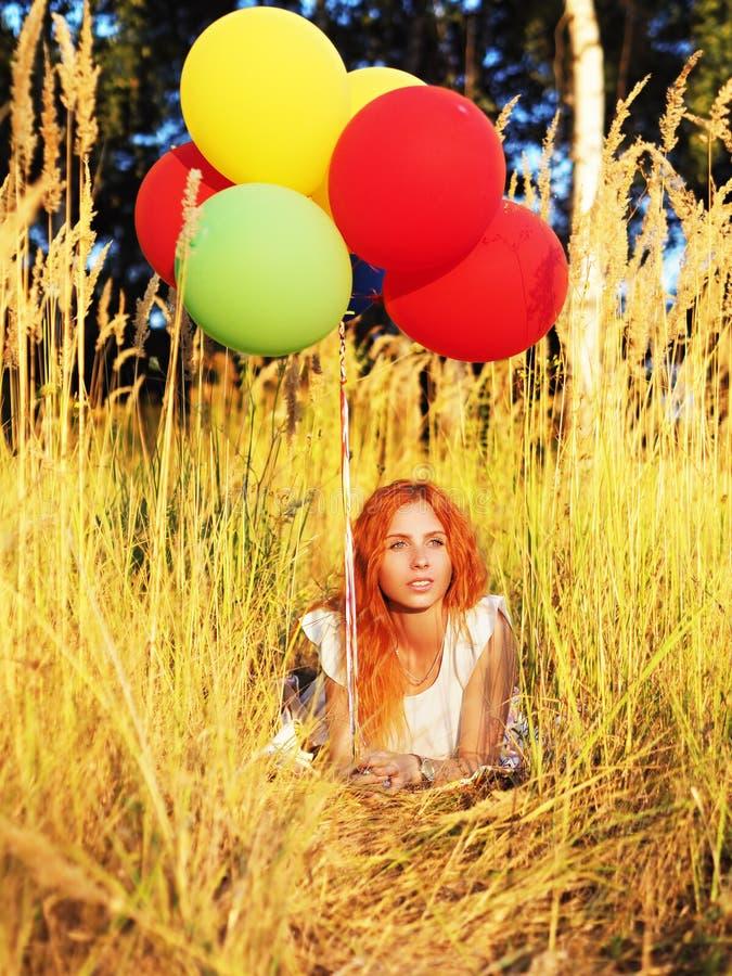放置与轻快优雅的女孩红头发人在黄色小尖峰 免版税库存照片