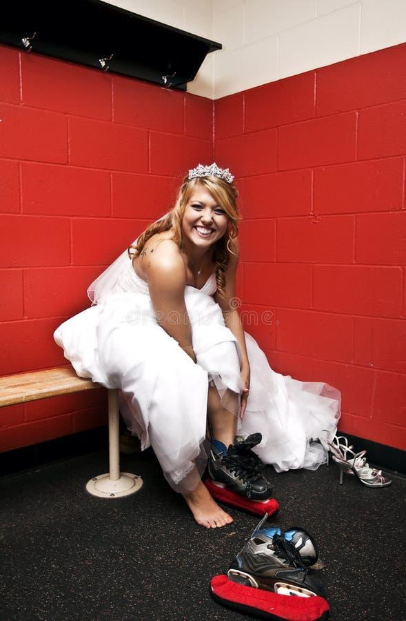放置冰鞋的新娘冰 免版税图库摄影