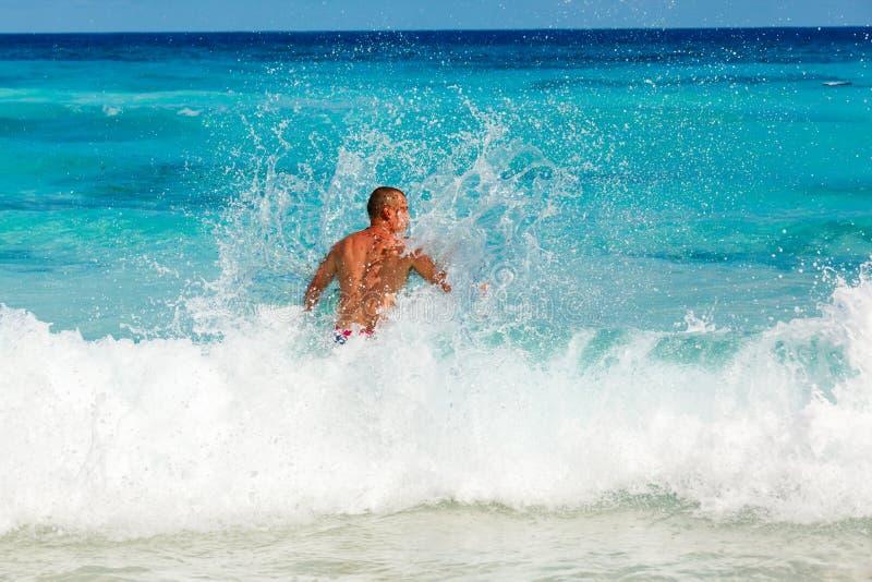 放置在含沙美丽的热带海滩的人 库存照片