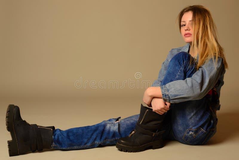 放置在地板的一个偶然少妇的侧视图 库存图片