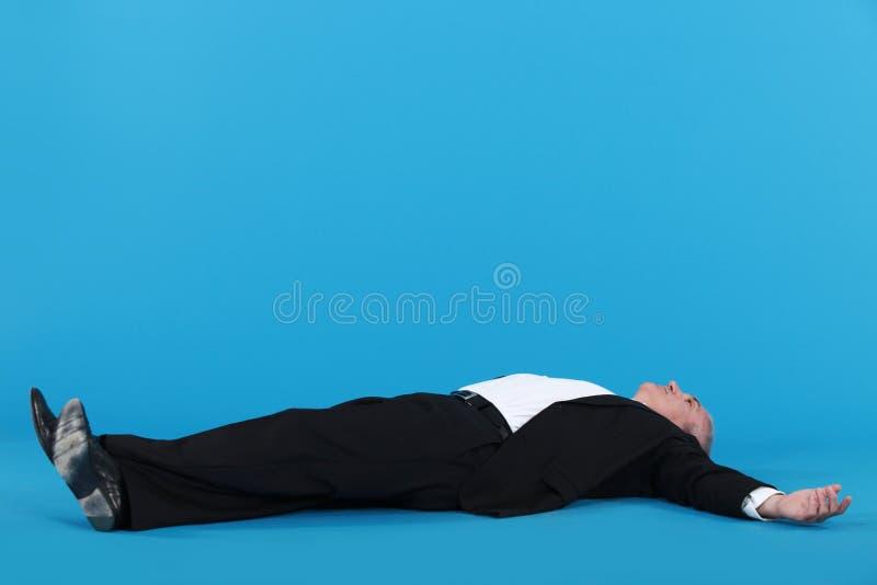 放置在地板的商人 免版税图库摄影