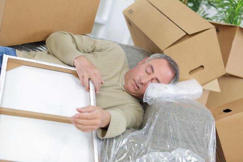 放置在地板的送货人盖在纸板箱 库存图片