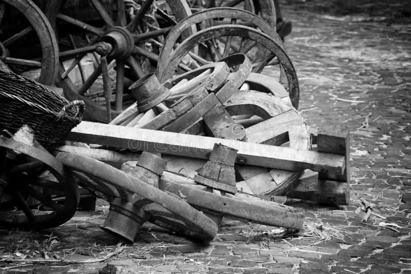 放置在堆的木spoked轮子 免版税库存照片